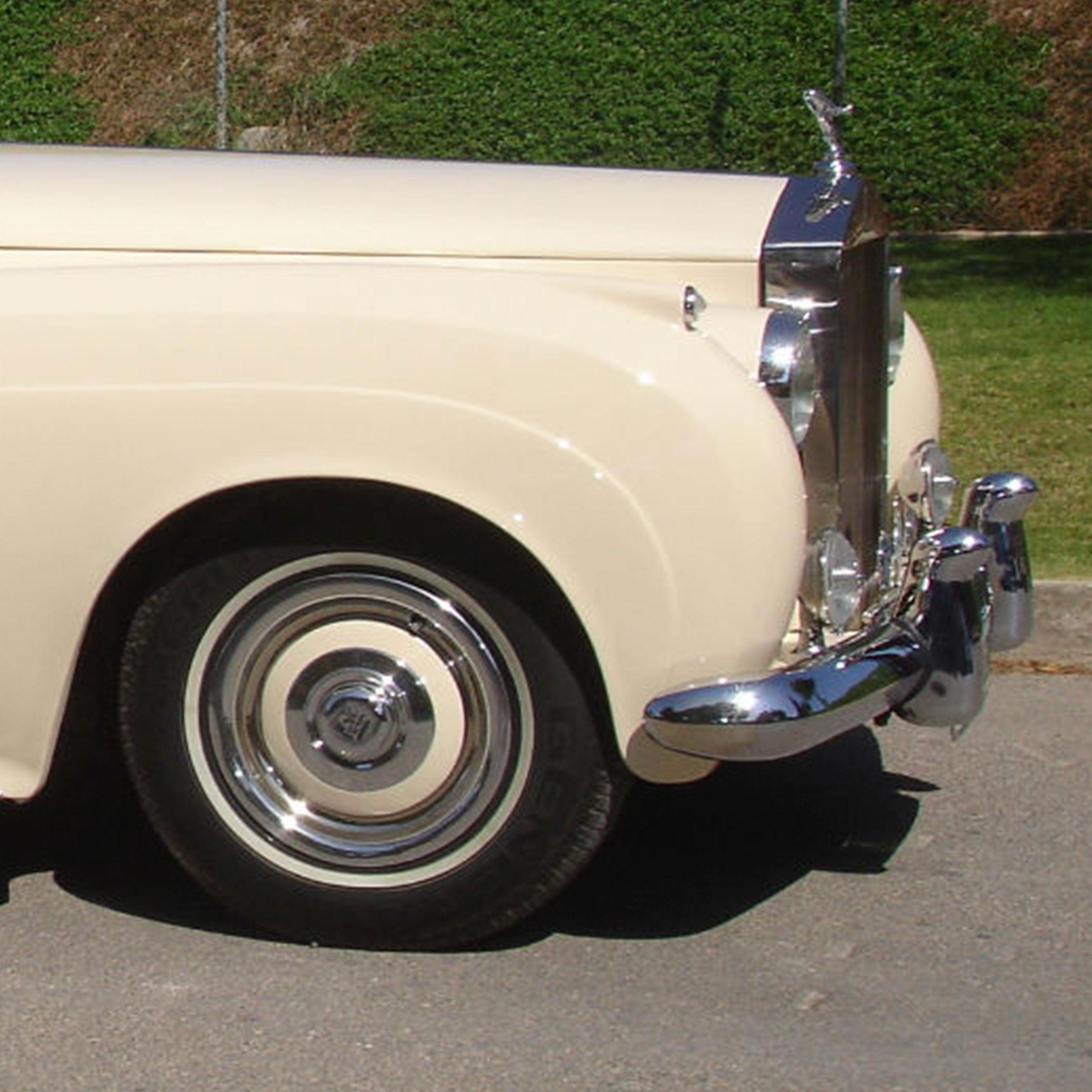 Vehículo-clásico-crema-cromado