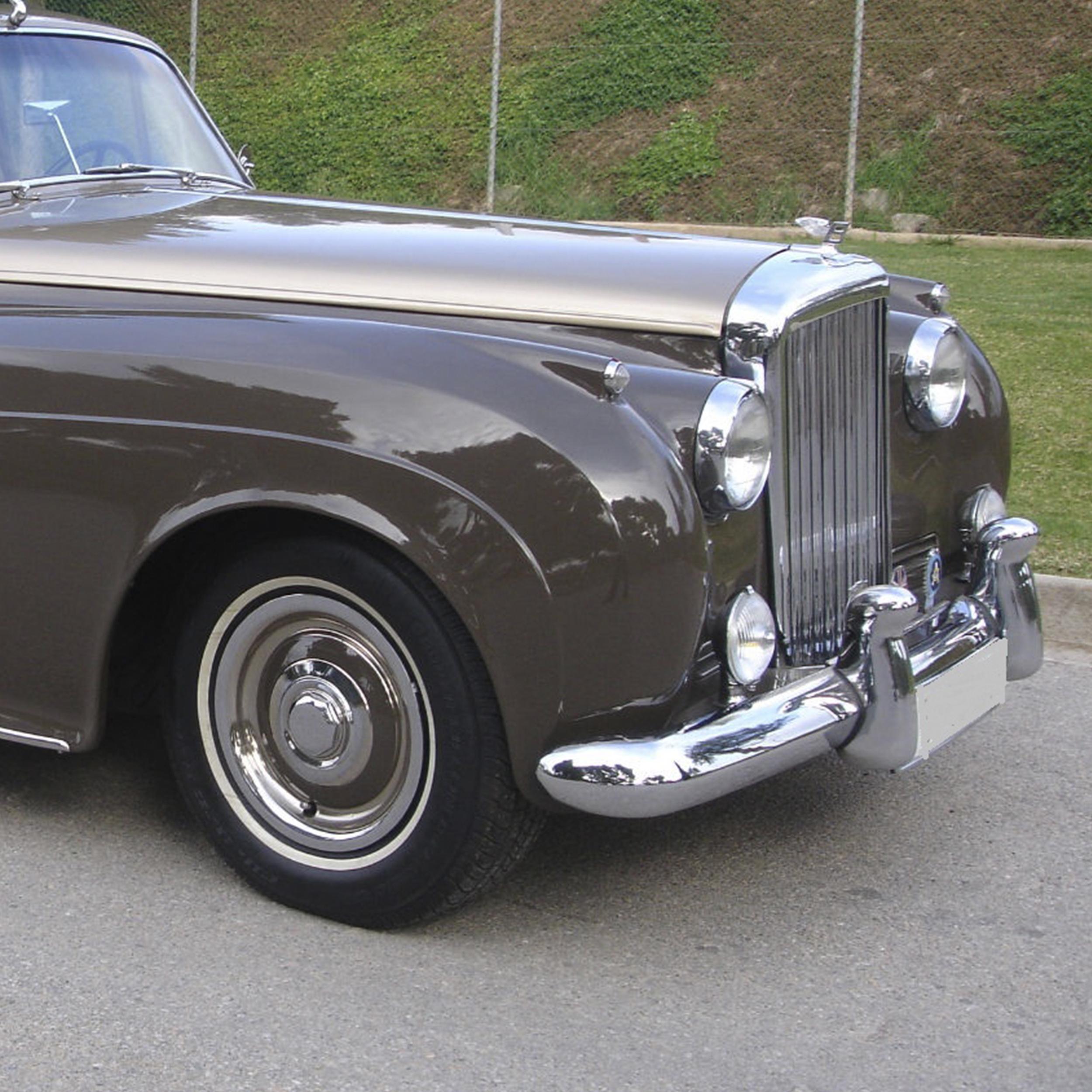 Vehículo clásico marrón cromado
